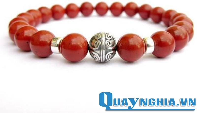 Vòng tay đá ngọc bích đỏ tượng trưng cho hạnh phúc và đầy đủ